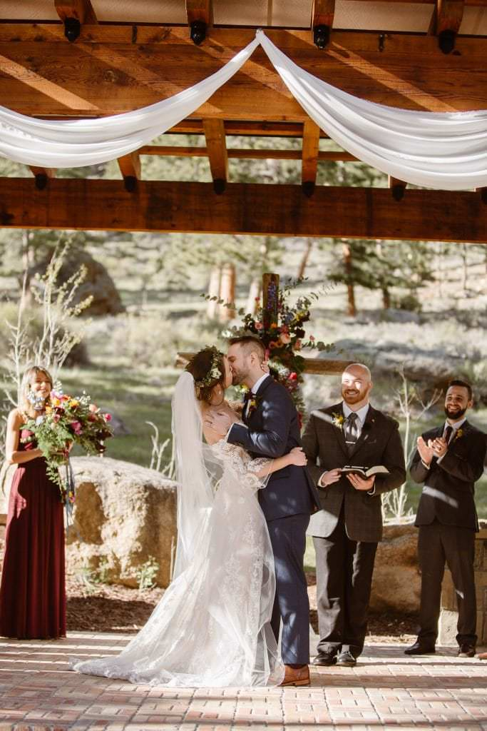 When travel-lovers Darren + Julianne decided to tie the knot at Della Terra in Estes Colorado, they knew they wanted to be close to nature and have their closest friends and family there with them. DELLA TERRA MOUNTAIN CHATEAU COLORADO WEDDING | COLORADO WEDDING PHOTOGRAPHER | ESTES PARK COLORADO